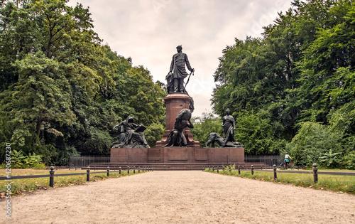 Canvas The Bismarck Memorial (German: Bismarck-Nationaldenkmal) is a prominent memorial