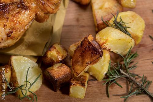 Pollo arrosto e patatine serviti pronti per essere mangiati Fototapeta