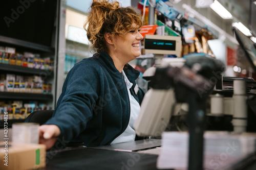 Fotografia Friendly supermarket cashier