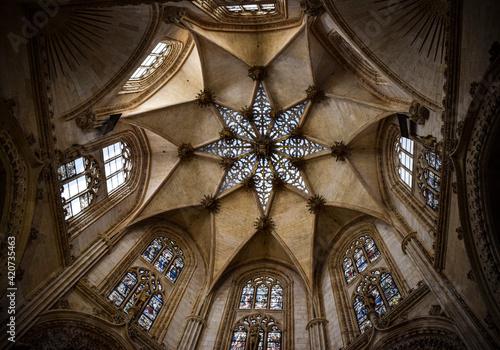 Flor arquitectónica en el interior de la catedral gótica de Burgos, España
