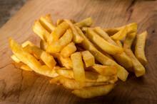 Patatine Fritte Su Un Tavolo Di Legno