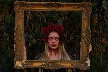 Mujer Vampira Y Zombie Con Corona De Rosas