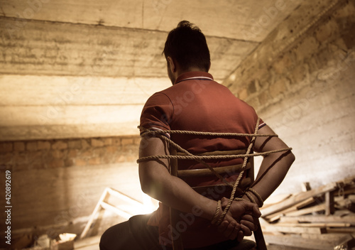 Photographie a man tied with a rope