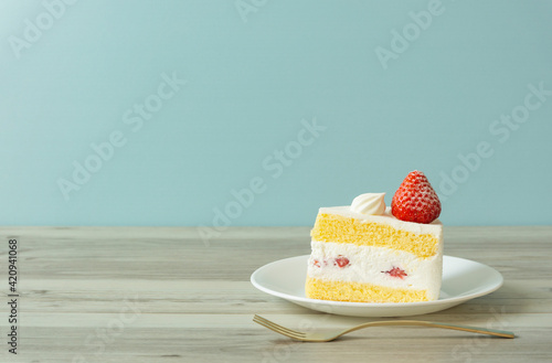 Photo strawberry sponge cake on the table. テーブルの上のイチゴショートケーキ