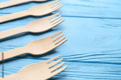 Fototapeta Wooden forks on color background obraz