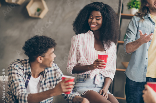 Portrait of attractive cheerful friends spending free time hanging out talking h Fototapet
