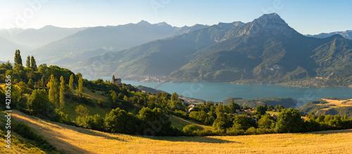 Fotografia Serre-Poncon Lake in summer with Grand Morgon Peak and Savines-le-Lac village