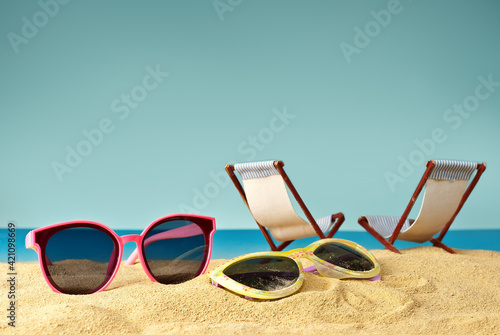 Photographie Pink glasses on the sand close up