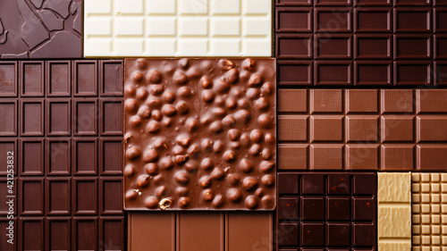 Delicious 4-flavor black and white crunchy chocolate bar stuffed