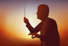 Concept De La Musique Classique Avec Un Chef D'orchestre Qui Dirige Ses Musicien Lors D'un Concert.