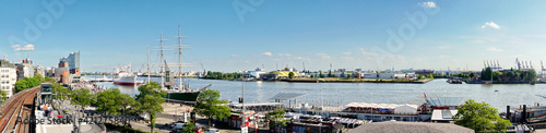 Valokuvatapetti Hamburg Landungsbrücken im Sommer am Hafen mit Blick auf die Elbe Richtung Hafen