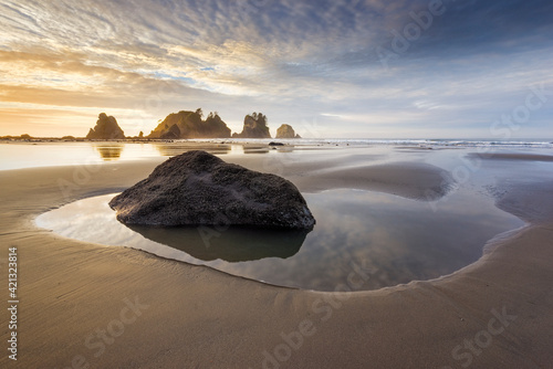 Fototapeta USA, Washington State, Olympic National Park. Sunrise on coast beach and rocks. obraz