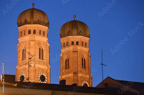 Fotografie, Tablou Dom Frauenkirche in München  am Abend, Bayern, Deutschland, Europa - Cathedral F