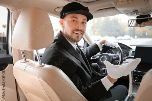 Papel de parede Handsome chauffeur driving luxury car