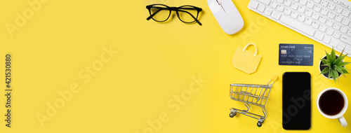 Fotografia Top view of online shopping concept with credit card, smart phone and computer