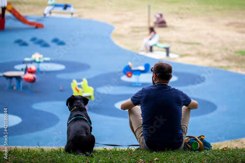 Hombre y perro en el parque Fototapet