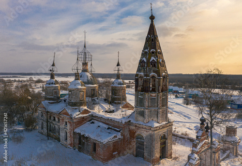 Obraz na plátně Aerial shot of the Church of the Resurrection of Christ on a sunny winter day in