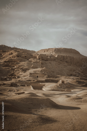 Fotografia Vertical shot of the Mortuary Temple of Hatshepsut under the sunlight in Egypt