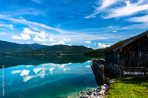 Foto Colorful Lake View With The Mirrorings And Reflections And The Wooden Boat House