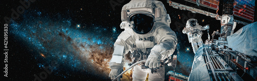 Foto Astronaut spaceman do spacewalk while working for space station in outer space