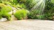 Hintergrund Holz Fläche für Produkte Terasse Vorlage Untergrund mit Stein und Pflanzen grün mit Sonne Strahlen Schein Licht Reflektion ruhig sommerlich sommer umwelt- garten- park Landschaft Blumen