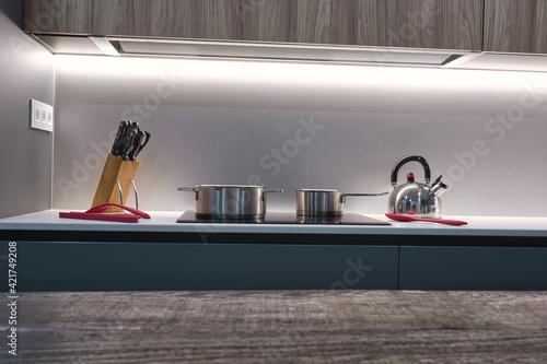 Fototapeta Enfoque selectivo de un mobiliario de cocina de lujo con iluminación moderna