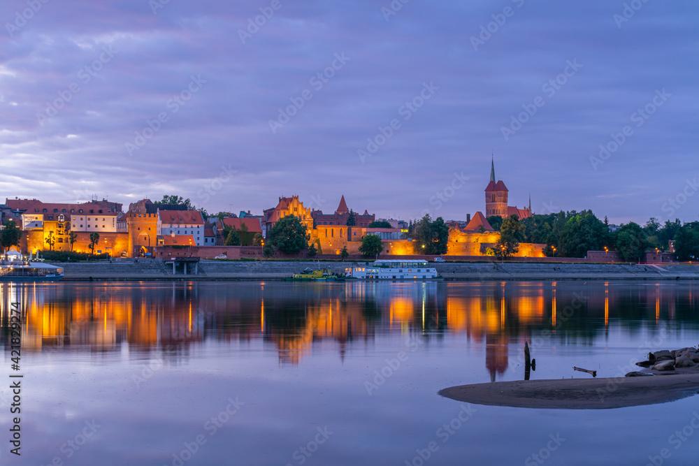 Fototapeta Toruń o zachodzie słońca.