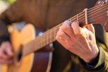 Mano De Un Guitarrista Poniendo Un Acorde En Una Guitarra Acústica De Madera