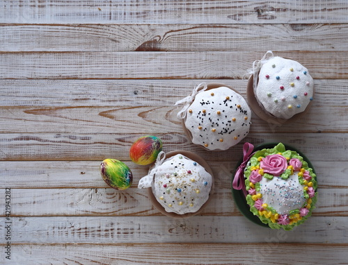 Leinwand Poster Sweet Muffins, With Cream And Festive Sprinkles, Baked For The Orthodox Christian Holiday Of Easter