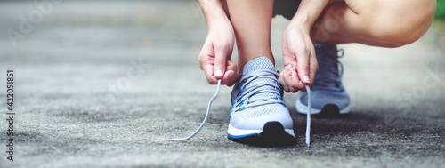 Obraz Runners Tie Their Shoes At The Park. - fototapety do salonu