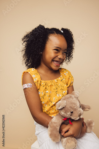 Photo Cute girl smiling after getting vaccine