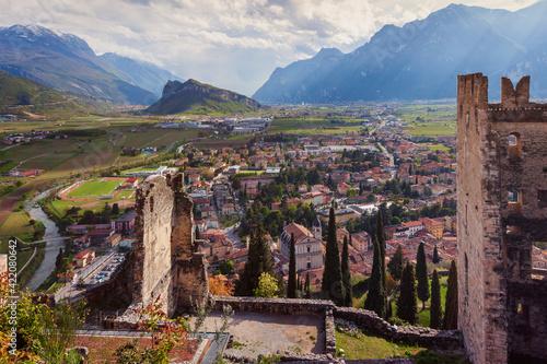 Arco, Trento. Veduta dalle rovine del castello omonimo, sopra il borgo. verso la valle.,