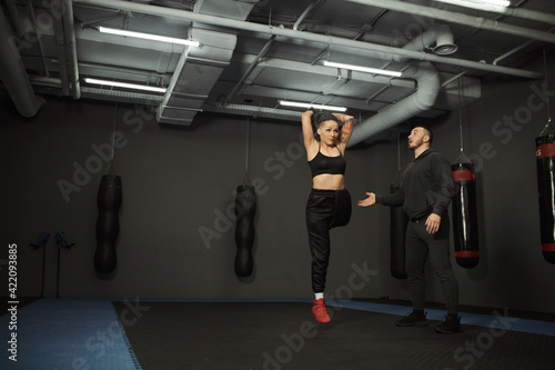 Fotografia A disabled girl is engaged in the gym A woman with one leg trains with a trainer