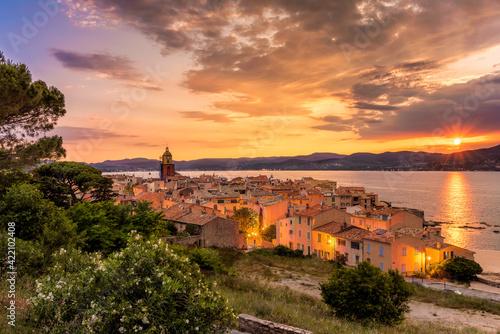 Fotografia High Angle View Of Saint-tropez Against Golden Sky During Mediterranean Sunset