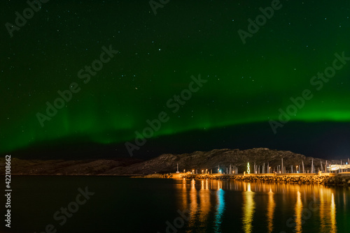 Fototapeta Zorza polarna przy wybrzeżu, latarnia morska. Ocen góry Norwegia skandowania  obraz