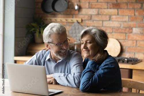 Photo Old age and modern tech