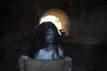 Ein Zombi Mädchen Kommt Aus Der Dunkelheit Raus. Sie Lebt In Der Alter Gebäude. Sie Ist Sehr Hässlich Und Gruselig. Passt Zu Einem Horror Film Oder Buch.Das Mädchen Hat Lange, Schwarze Haare.