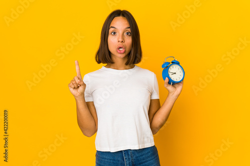 Photographie Young hispanic woman holding a megaphone having some great idea, concept of creativity