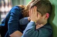 Verzweifeltes Kind Zum Thema Traurigkeit Im Lockdown, Mobbing Oder Familiäre Probleme