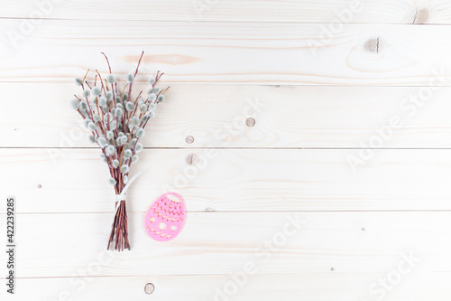 Obraz Bazie z pisanką na drewnianym tle - fototapety do salonu