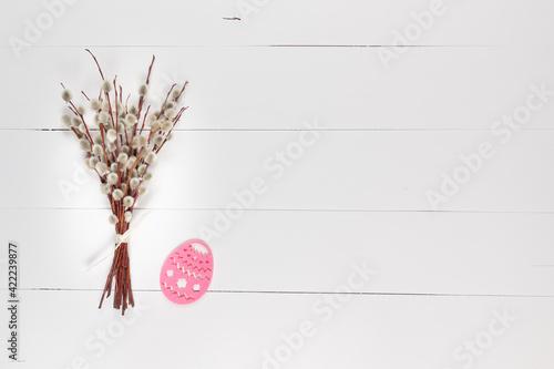 Obraz Bazie z pisanką na białym drewnianym tle - fototapety do salonu