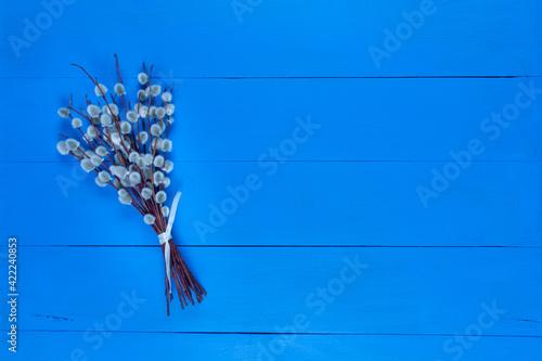 Bazie na niebieskim drewnianym tle