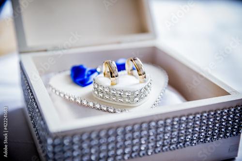 Obraz Kolczyki ślubne, biżuteria, ślub i wesele, dekoracja, kryształy, komplet   - fototapety do salonu