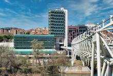 Vista Del Museo De La Ciencia En Valladolid Y Su Pasarela Sobre El Río Pisuerga