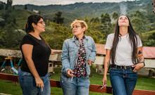 Tres Mujeres Fumando Al Aire Libre, Grupo De Amigas Al Aire Libre Hablando Y Fumando Un Cigarrillo