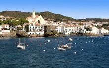 Cadaqués, Petit Port Aux Maisons Blanches Sur Le Littoral De Catalogne.