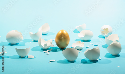 Obraz na plátne Intact golden egg among broken white eggs