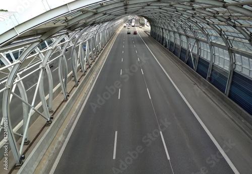Obraz Trasa autostrada szara naprzód asfalt aspiracja zakole niebieski most budowy zachmurzony dzień gol kierunek odległość suchy szary autostrada horyzont pejzaż linia długo znak nowoczesny nowy nowo - fototapety do salonu