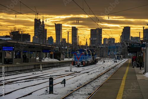 Fototapeta Stacja Warszawa Wschodnia na tle panoramy Warszawy obraz