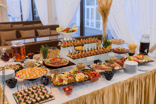 Fotografia Professional serving table with a variety of snack food on the banquet